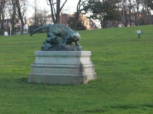 Statue dans le parc Montsouris