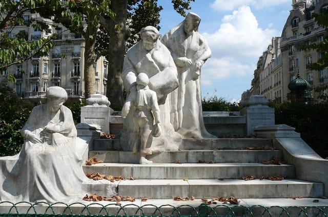 Statue dans le square Boucicaut à Paris