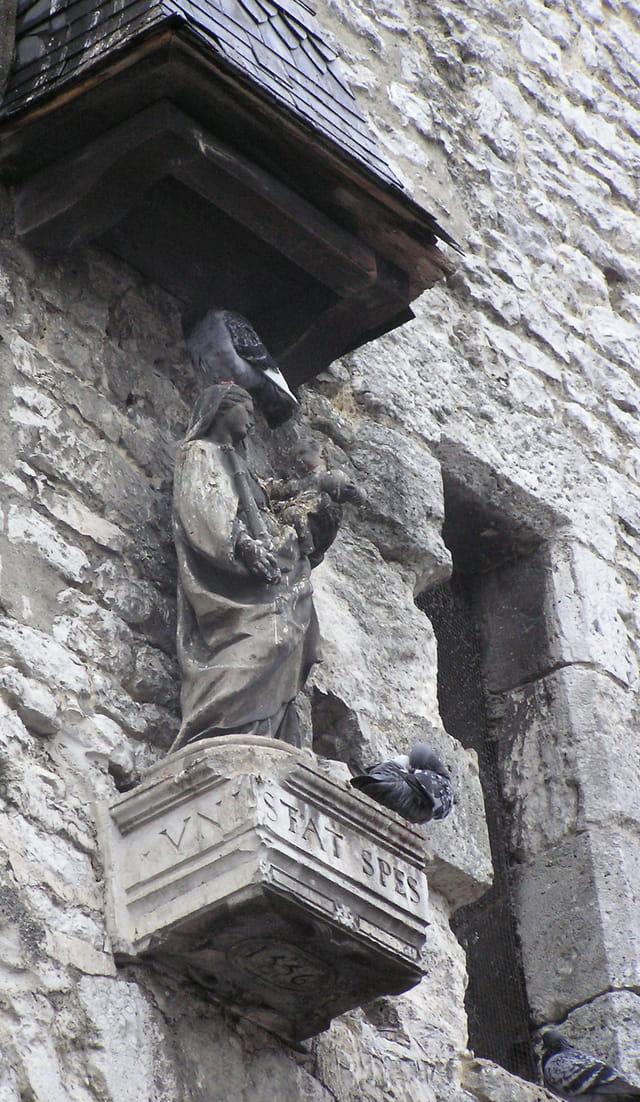 Statue de la vierge sur la porte dite de Paris à Moret