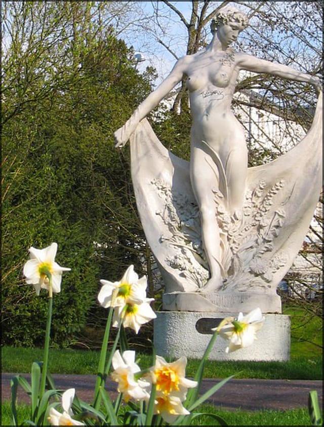 Statue du petit jard et jonquilles