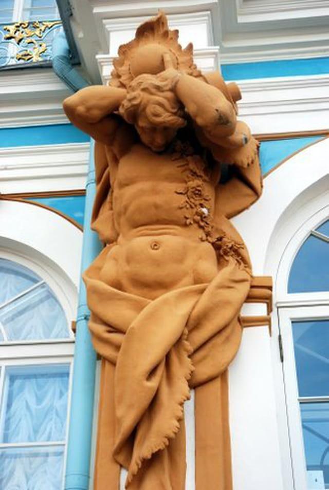 statue en façade du palais de Catherine II