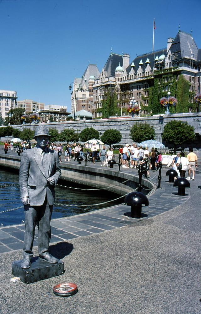 Statue vivante sur le quai...
