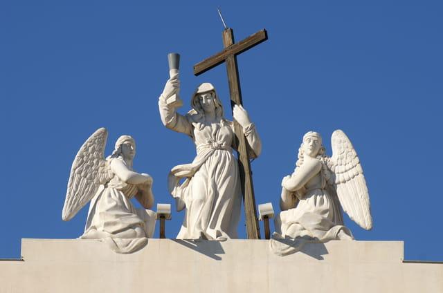 Statues sur l'église st jean baptiste