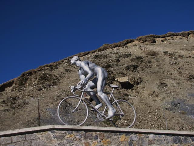 Stèle de coureur cycliste.