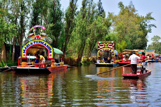 Sur les canaux de Xochimilco.