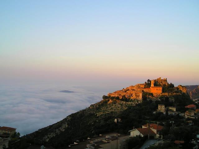 Sur les nuages Eze-village au Soleil