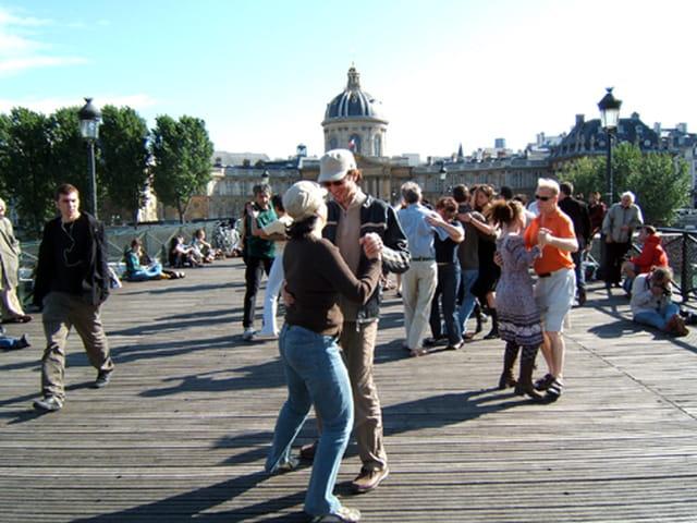Sur les ponts de Paris, on y danse, on y danse...