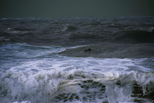 Surf et orage, blanc et gris