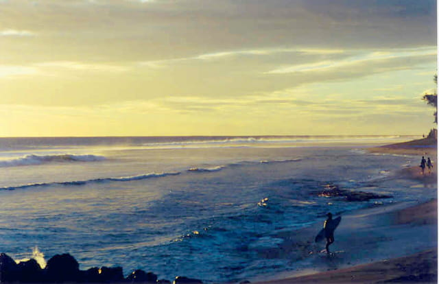 Surfer au coucher du soleil