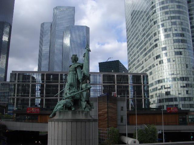 Symbolique statue de la Défense