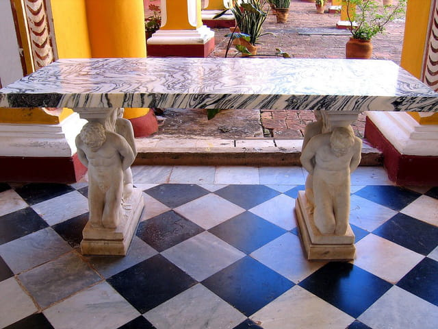 Table de marbre avec statues