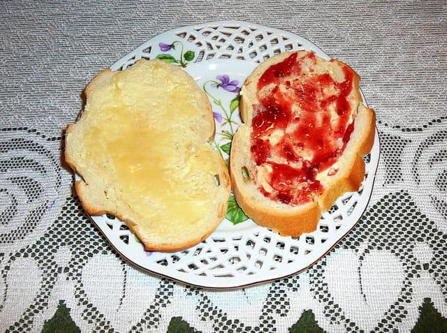 Tartines de pain brié au miel et à la confiture