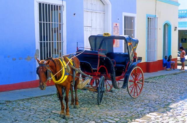 Taxi devant une agence de voyages.