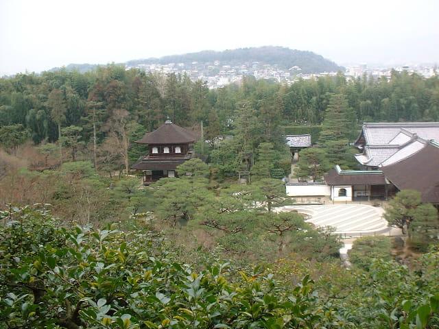 Temple de Kyoto sous la brume