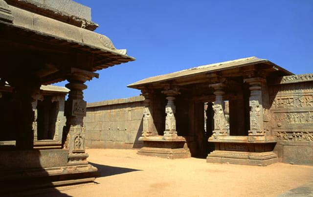 Temple et bas reliefs Hindous