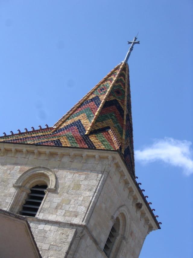 Toit d'église multicolore