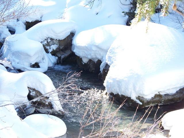 Torrent sous la neige