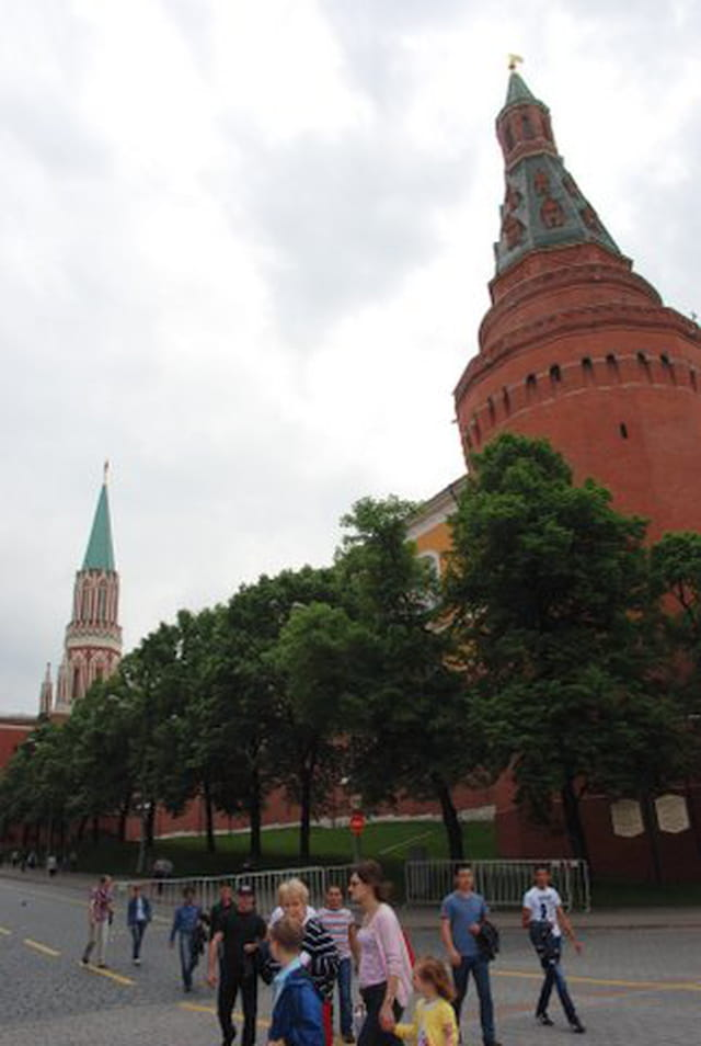 tour d 39 enceinte du kremlin par genevieve lapoux sur l 39 internaute. Black Bedroom Furniture Sets. Home Design Ideas