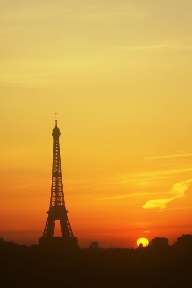 Tour Eiffel et soleil levant