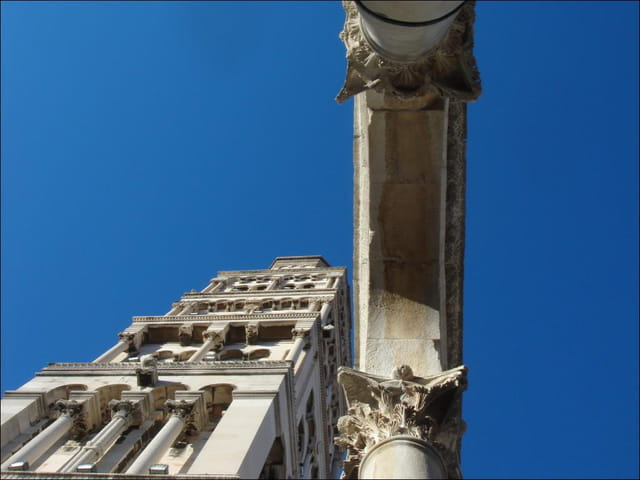Tour et voûte sur ciel bleu