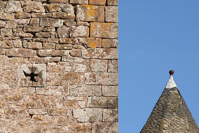Tour médiévale et chapeau pointu