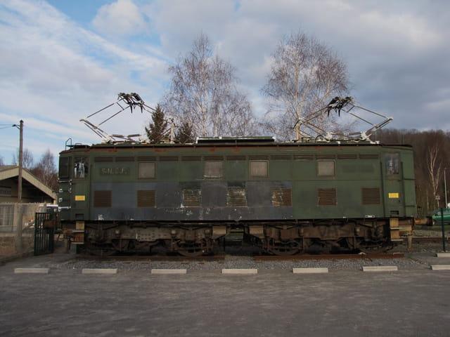Trains S.N.C.F. - Ancienne loco.