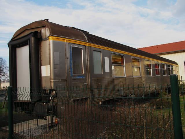 Trains S.N.C.F. - Wagon dans une maison.