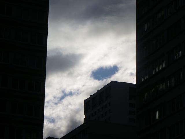 Trou de ciel bleu dans les nuages