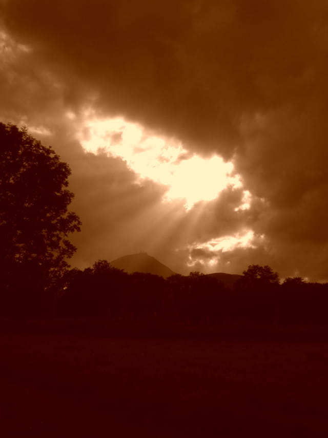Trouée lumineuse sur le Puy de Dôme