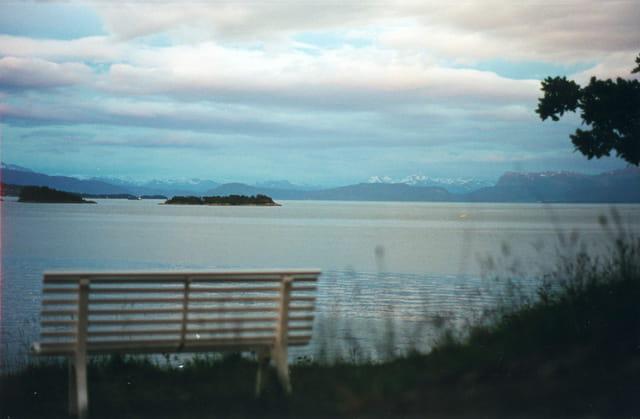 Un banc au bord du fjord