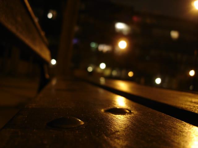 Un banc la nuit