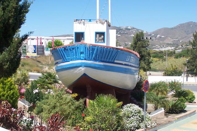 Un bateau dans la ville