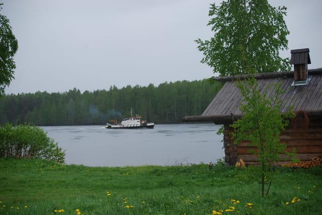 un bateau passe devant Mandroga