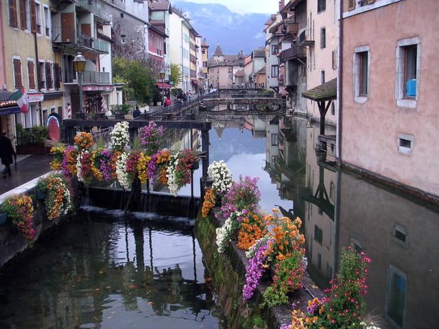 Un canal d'Annecy dans un jour d'automne