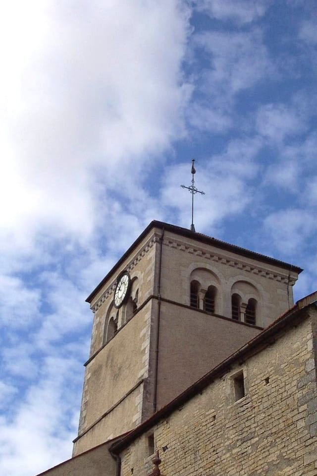 Un clocher dans le ciel bleu