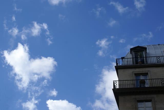 Un coin d'immeuble dans  un coin de ciel