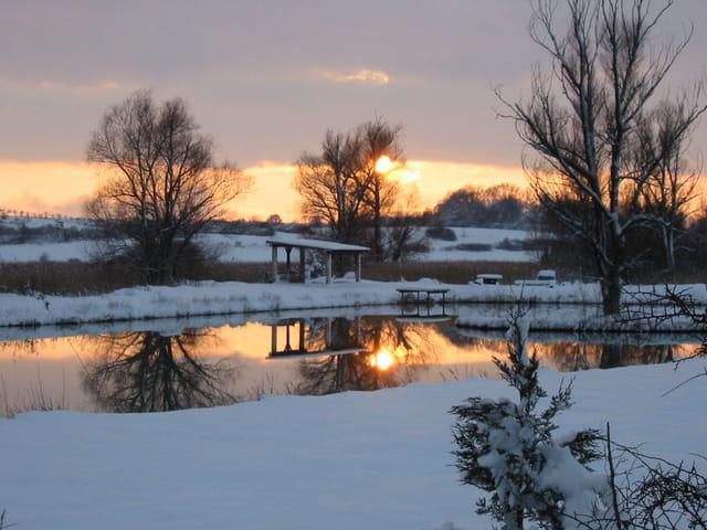 un coucher de soleil en hiver