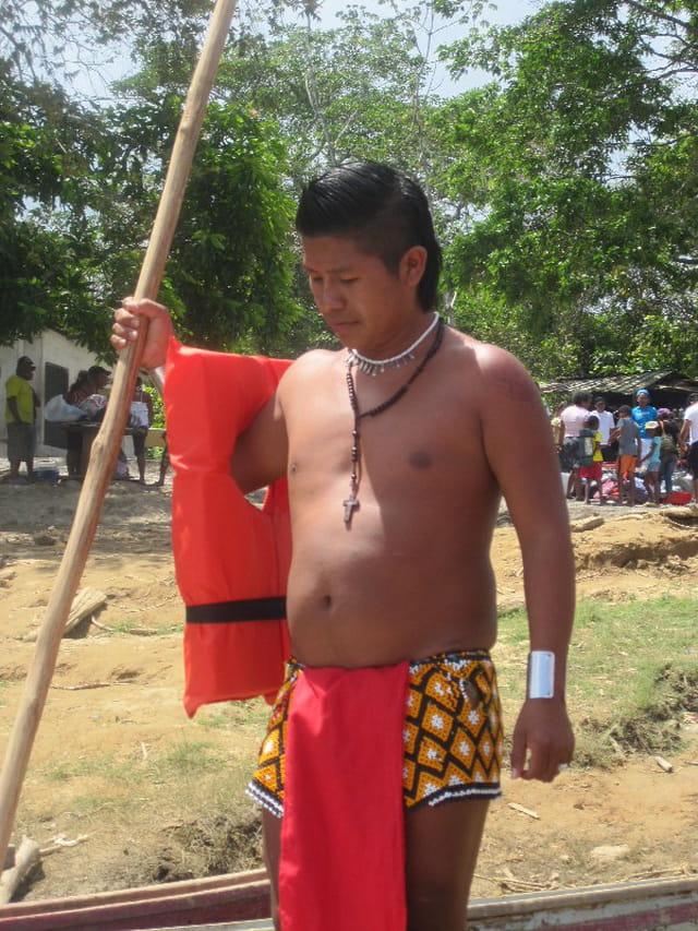 Un indien Embera dans sa pirogue