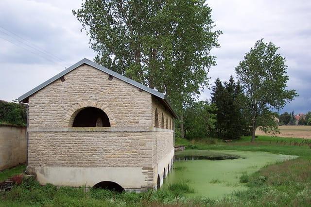 Un lavoir à la campagne