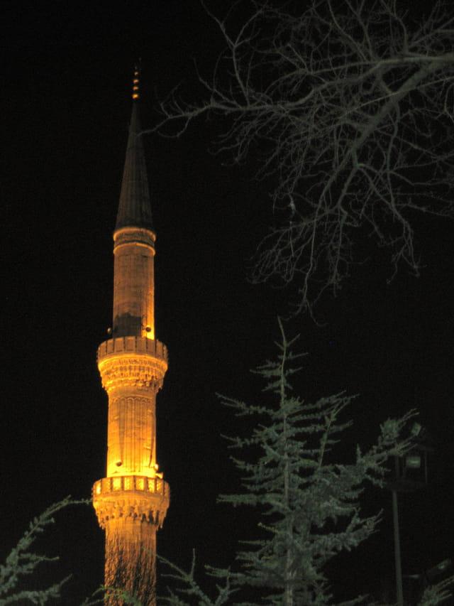 Un minaret nocturne
