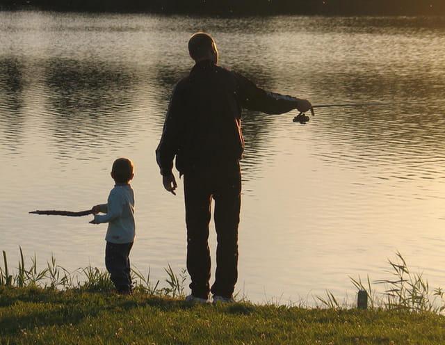 Un pêcheur et son enfant...