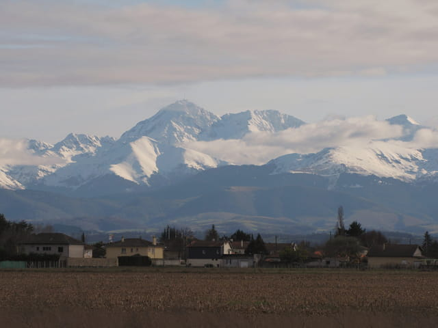 Un petit hameau, au pied de la montagne.