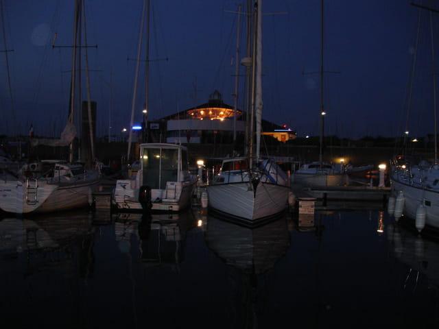 Un port la nuit