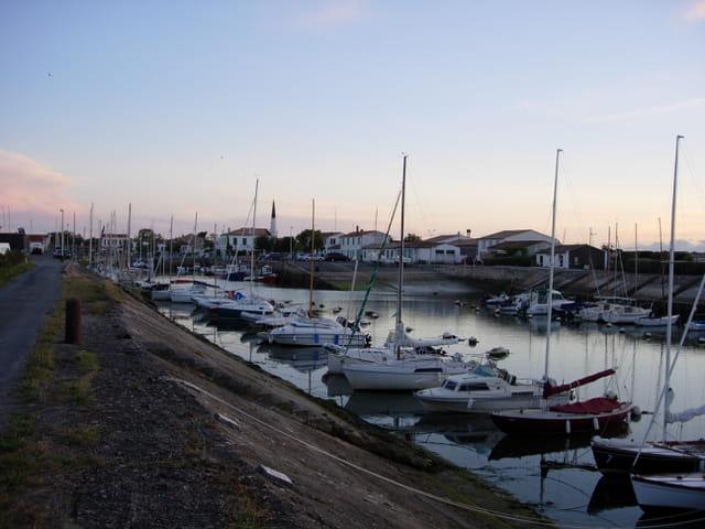 Un port, le soir