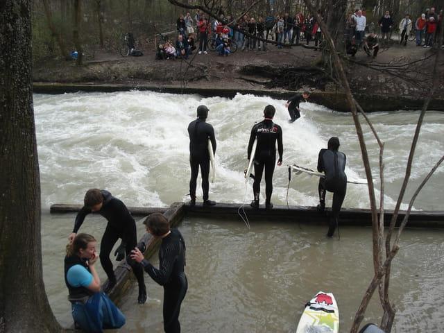 Un surfeur sur l'Eisbach