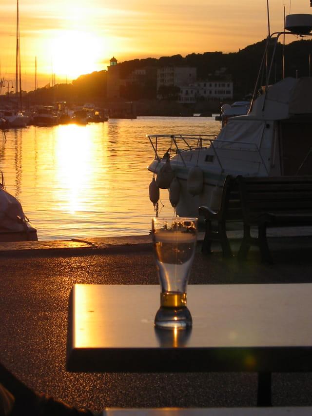 Un verre sur le port