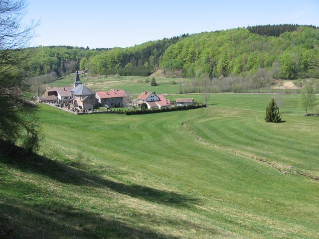 Un village au printemps