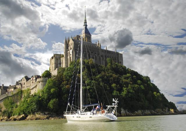 Un voilier se pose au pied du Mont St Michel