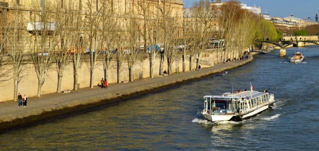 Unbateau-mouche sur la Seine