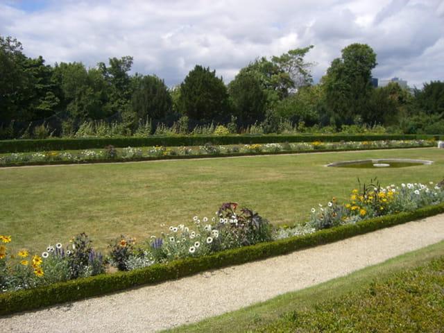 Une allée dans le parc de Bagatelle